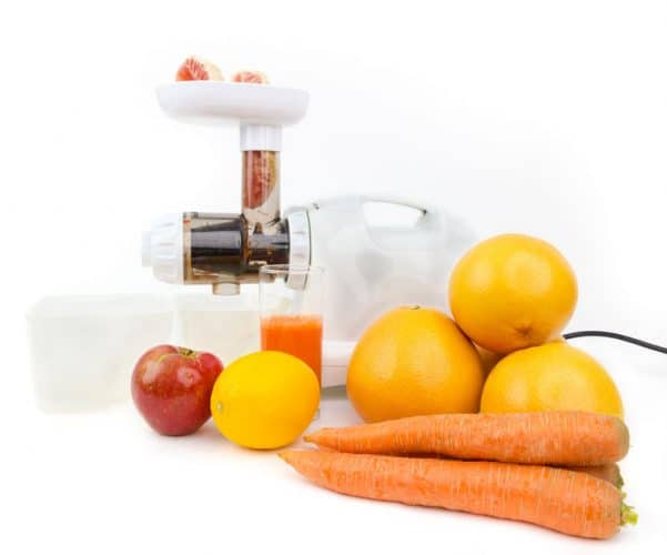 Horizontal masticating juicer with produce